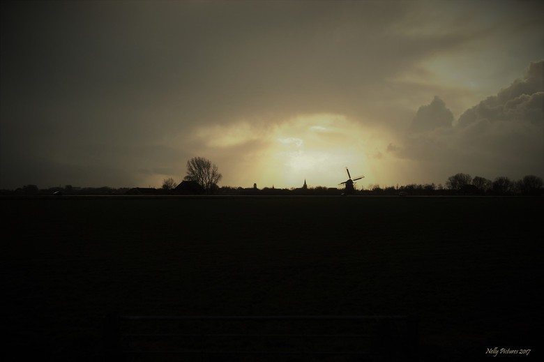 Door het licht gevangen - Eergisteren reed ik door Friesland. <br /> Ik zag  de boog van licht en iets verder de molen. Dus maar van de weg af en  zo