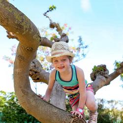 Ook meisjes in jurkjes klimmen graag in bomen