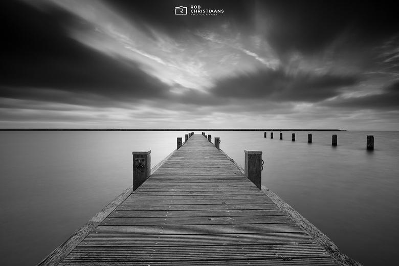 Jetty - Een pier (jetty) bij het Markermeer, gefotografeerd met een lange sluitertijd. Heb gebruik gemaakt van een grijsverloopfilter voor de lucht en
