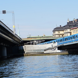 Metro's denderen over bruggen in stockholm