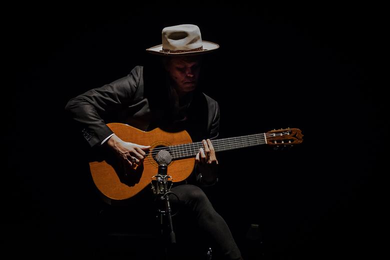 JB Meijers in concert..... - JB Meijers speelt als opening van zijn concert DELTABOY een nummer op de klassieke gitaar...<br /> <br /> Foto genomen