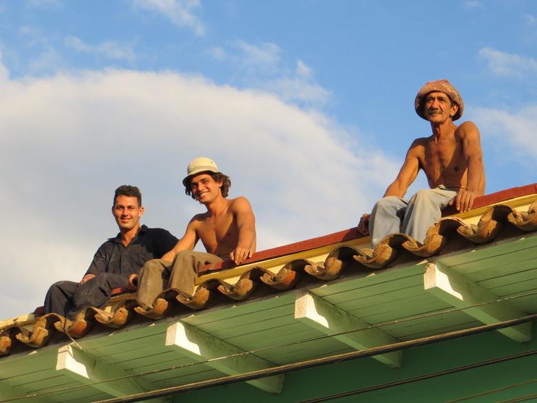 Op het dak in Trinidad, Cuba - Deze mannen zaten even uit te rusten van een klus op het dak midden in het centrum van Trinidad, Cuba. Keken wij nou na