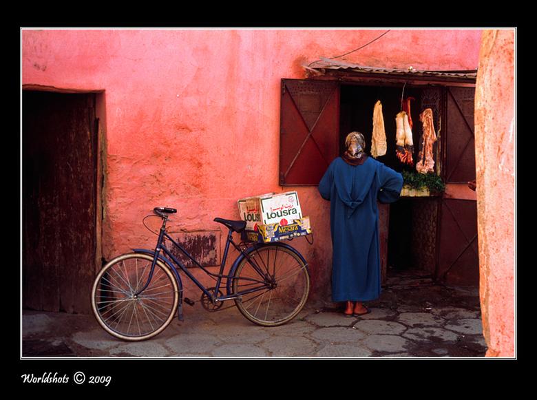 Komt een vrouw bij de slager... - Even op de fiets naar de slager. Vier ons half om half alstublieft.<br /> Marrakech medina, Marokko