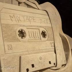 gemaakt van zandt cassettebandje.....(zandsculpturen  in Garderen )