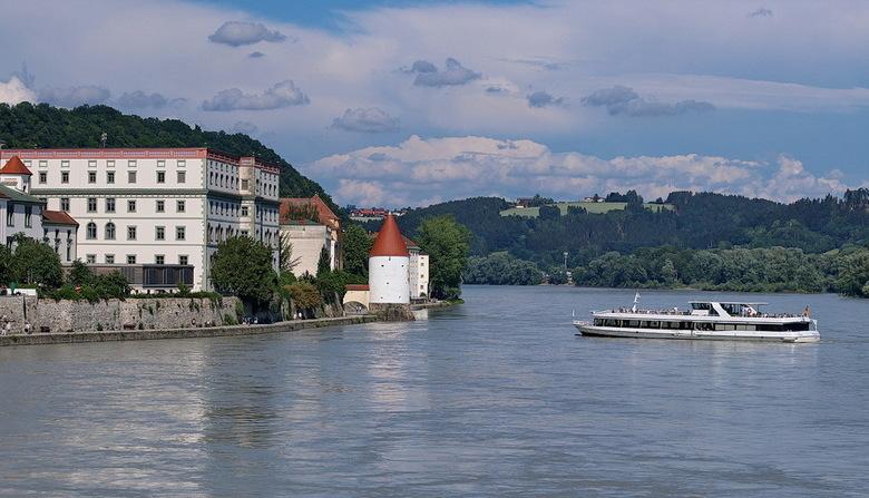 Passau Duitsland. - Boulevard langs de Donau Passau Duitsland.<br /> <br /> 2 juni 2018.<br /> Groetjes, Bob.