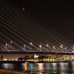 Superbloedmaan boven Rotterdam