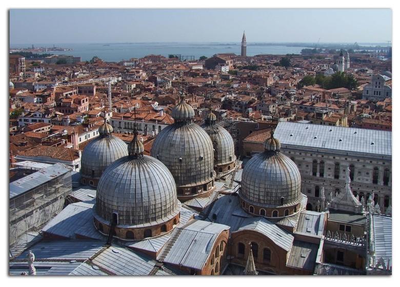 Daken van de Dogen - Dogenpaleis in Venetië, of althans een gedeelte ervan, namelijk de kerk, gezien vanaf de Campanile, zowat 60 m. hoog.