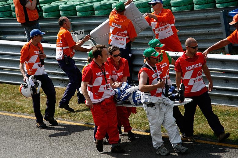 Alex Debon - De eerste serieuze crash was bij de Moto2 op de trainingsdag was door Alex Debon, die amper vijf minuten in de kwalificatie tot twee maal