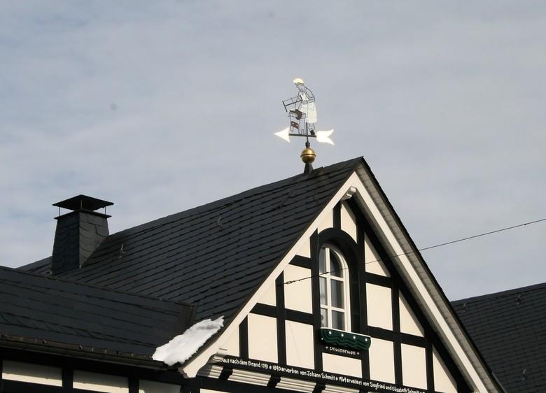 Windwijzer - Prachtig ontwerp van deze windwijzer. Een zagende man met schort en pet!