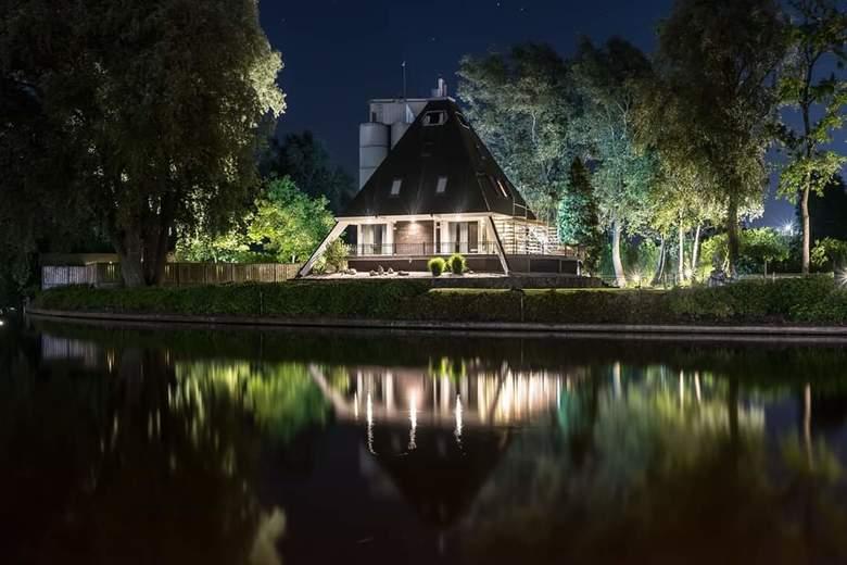 Pyramid House - Pyramidehuis aan het water in de avond/nacht, met lange sluitertijd