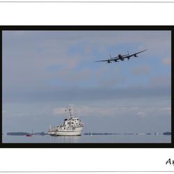Flyby Lancaster bij ex-H.M.S. de Roermond