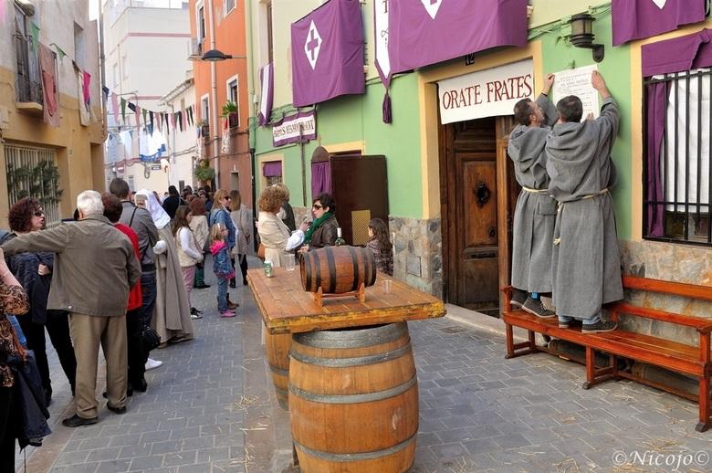 """Regels van de bar.... - De """"paterkes"""" spijkeren hier samen de drink regels  aan de wand van hun openbare bar.........lust u er nog een......"""
