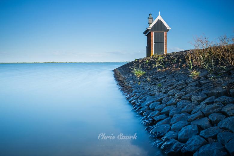 Silence - Lange sluitertijd shot bij de ingang van de haven in Volendam. Het water werd bijna mist tegen de stenen aan.
