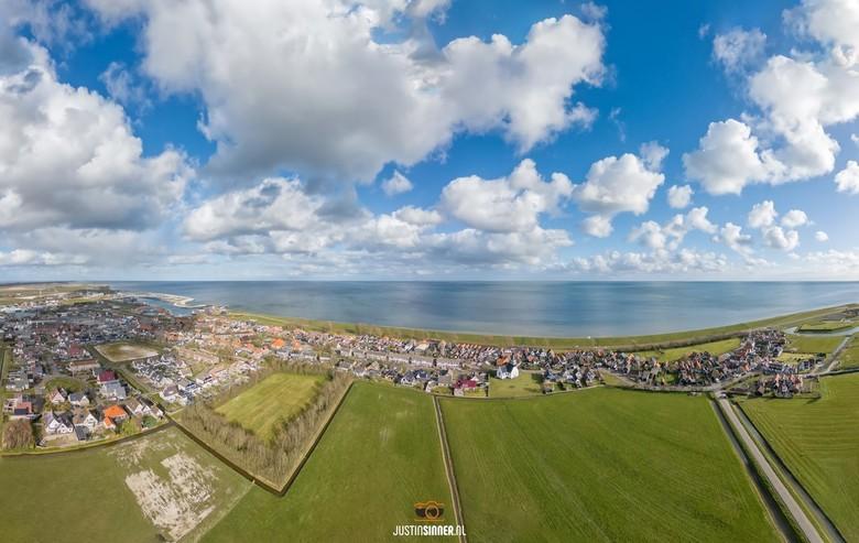 Oudeschild, Texel. - Het is de afgelopen dagen prachtig weer om met de drone te werken, prachtige wolkenluchten en kleuren. Op deze foto Oudeschild op