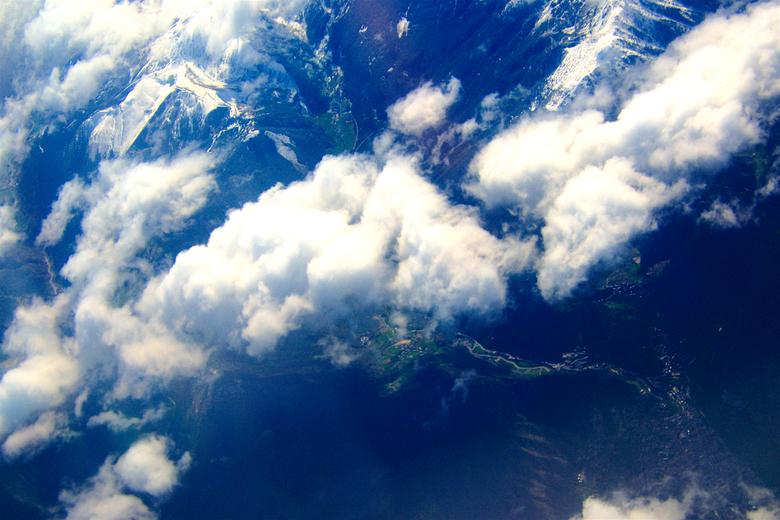 """bergen - Dag 42:<br /> boven de bergen, een skipad, autowegen, wandelwegen, dorpje en berkenkammen.<br /> <br /> zie meer epiloog:<br /> <a href="""""""