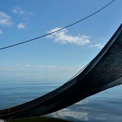 garnalenkotter op een spiegelgladde Waddenzee