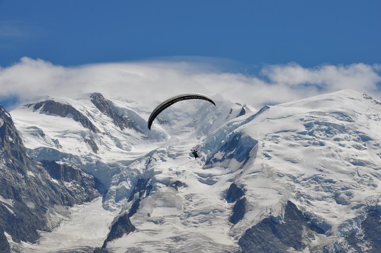 Parapente Mont Blanc - Tijdens mijn vakantie heb ik een duosprong gemaakt vanaf de Brevent in Chamonix. Met op de achter grond de Mont Blanc 4810 m.<b