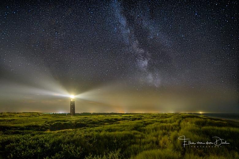 The Lighthouse - Deze heldere nachten lenen zich heel goed voor sterren fotograferen. Afgelopen vrijdag heb ik de vuurtoren van Ouddorp gefotografeerd