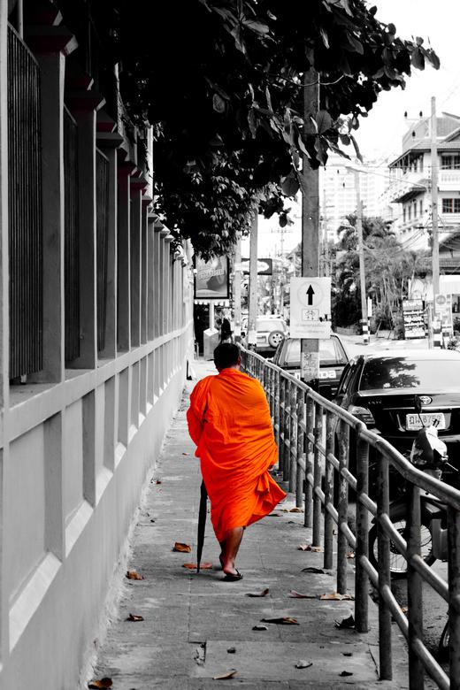 Monk - Een monnik op straat in Thailand.