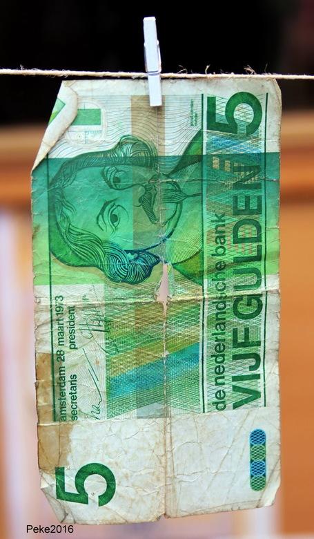 IMG_0230 - Oud geld hangt te drogen aan een lijn