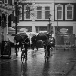 Fietsen met je paraplu!