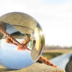 Glazenbol op hek