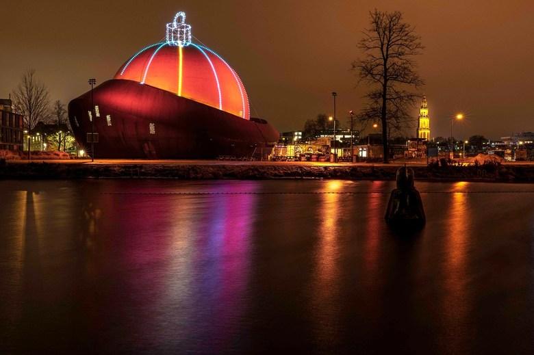 DOT Groningen - De grootste kerstbal van de wereld staat natuurlijk in Groningen.
