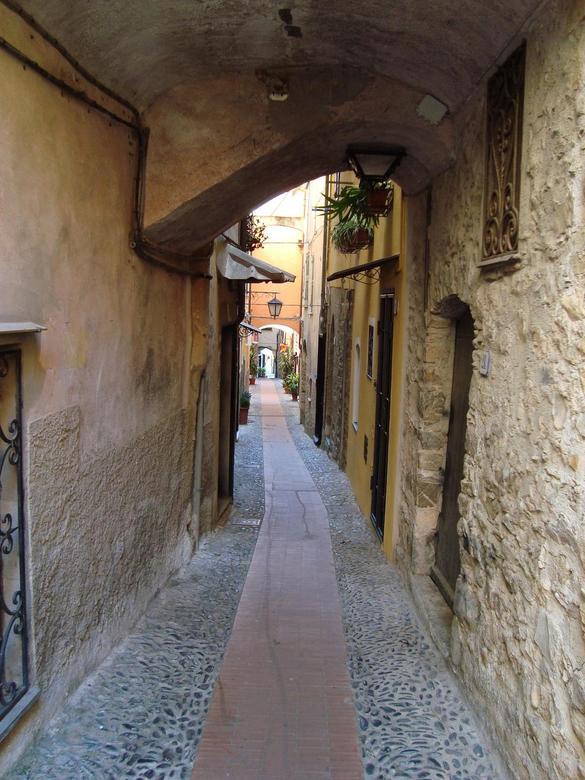 Winkelstraatje tijdens siësta - Deze foto heb ik gemaakt in Cervo, Italië, 2008, tijdstip siësta. Een mooi middeleeuws stadje, nu vooral bewoond door