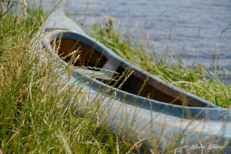 zomer in Fryslân - Verlaten kanoe aan de waterkant