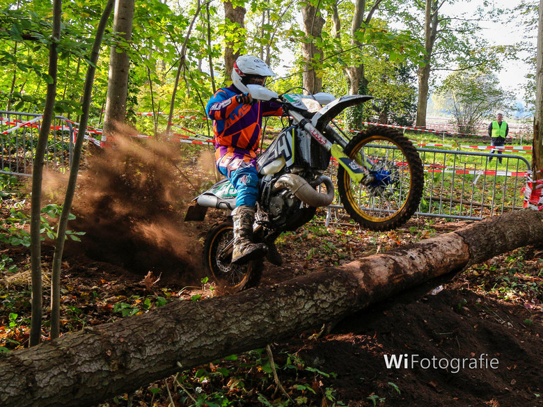 Enduro motorcross - Geweldige proef van bekwaamheid in het bos.