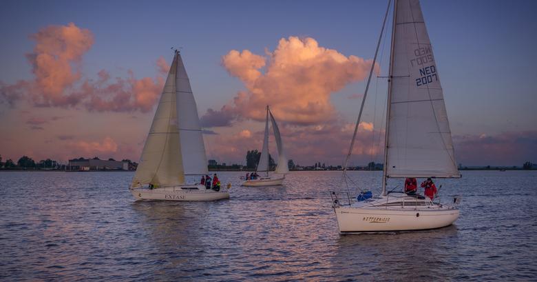 Sail away - Gemaakt voor de start van een zeilwedstrijd. Door de weersverwachting werd de start van deze nachtwedstrijd verplaatst naar de ochtend, ti