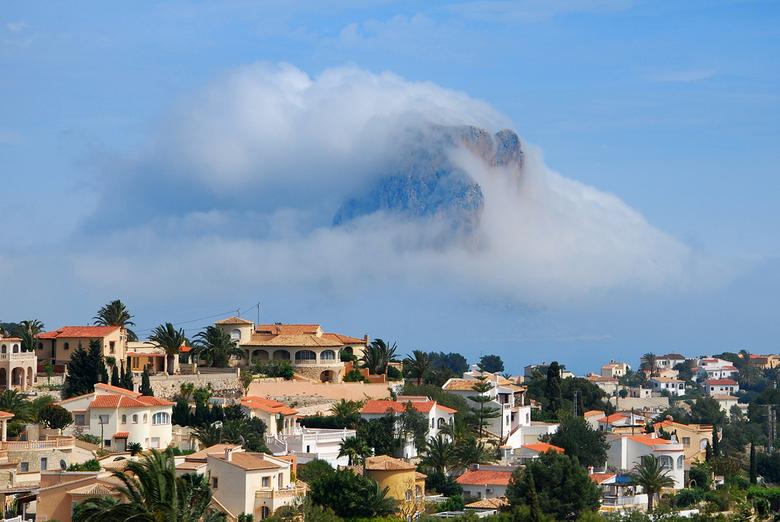 Fata Morgana - Mooi natuurverschijnsel in Calpe,mist op zee,en op het vaste land zon en helder.