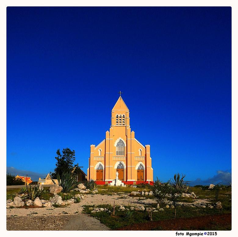 """Kerk St Willibrordus - Helemaal Curacao in Mgompieblauw.<br /> <br /> Iedereen bedankt voor de reacties op <a href=""""http://zoom.nl/foto/landschap/wi"""