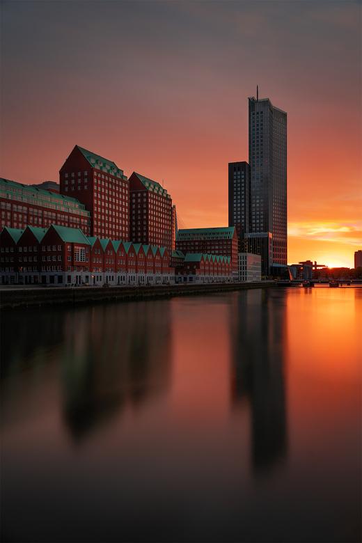 Maastoren - Een mooie zonsondergang met uitzicht op de Maastoren in Rotterdam.