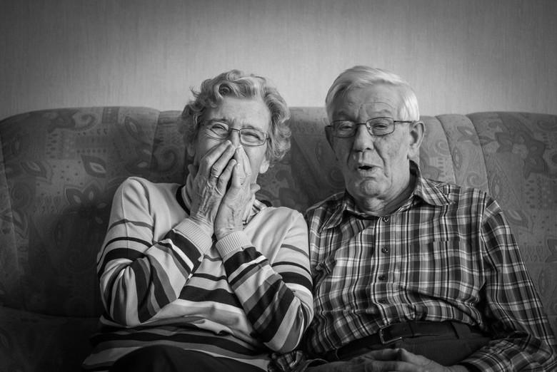 Opa vertelt oma een grapje - 93 en 89 jaar en nog steeds plezier samen!