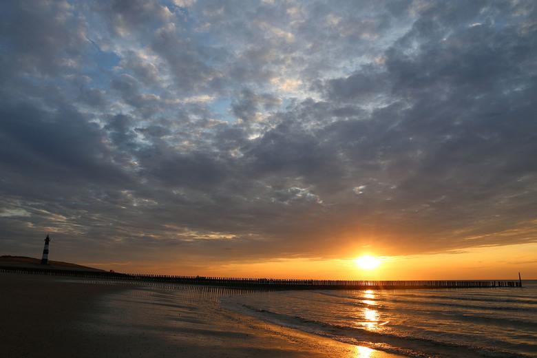Breskens strand tijdens zonsondergang  -