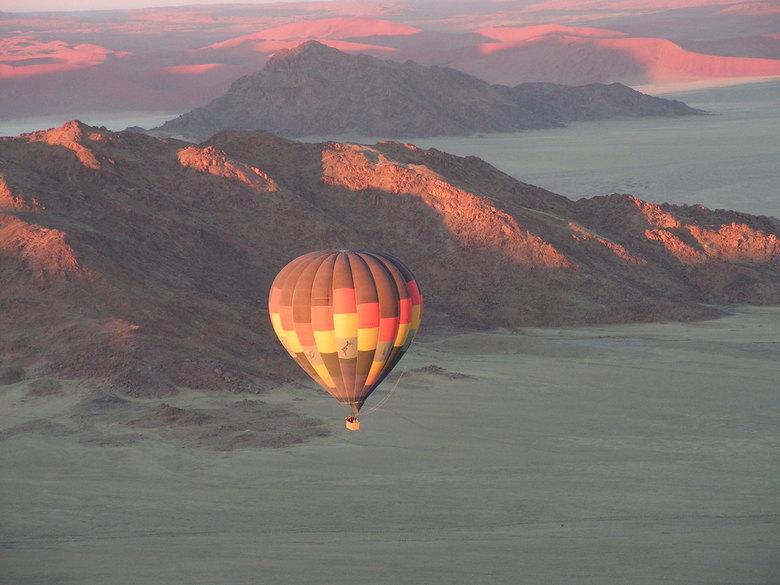 Namibië - Sossusvlei - Camper-rondreis.<br /> Ballonvaart met 2 ballonnen boven de Sossusvlei