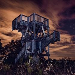 Uitkijktoren in de nacht