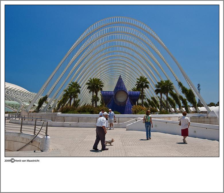 Valencia 7 - Boven op de gallerij is in de lengte een soort tropische tuin aangelegd,net klaar toen ik er was.<br /> Mooie Santiago Calatrava details