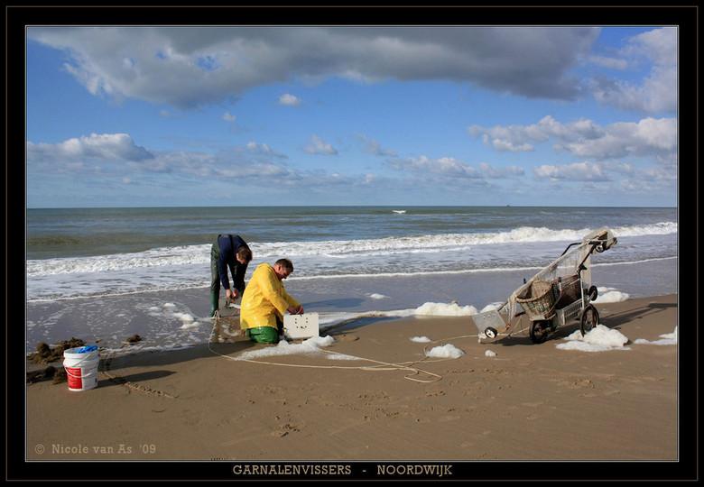 Garnalenvissers in Noordwijk. - Vanmiddag was het heerlijk weer op het strand.  Heel even eruit, frisse neus halen.<br /> <br /> De camera moest nat