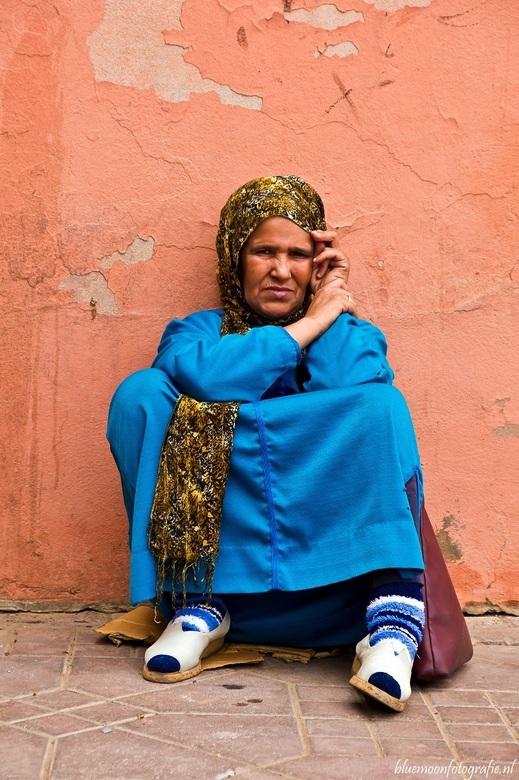 vrouw in Marrakech - bedelaarster in de straten van Marrakech.