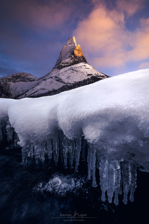 Valhalla - De nationale berg van Noorwegen, Stetinden, in wintervacht tijdens het laatste licht van een bitterkoude dag in het hoge noorden.