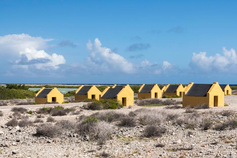 Slavenhuisjes - Op Bonaire wordt al eeuwen zout gewonnen. Vroeger werd het zware werk gedaan door slaven die dan sliepen in de slavenhuisjes. Als je d