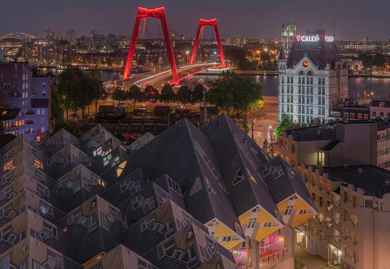 Cubes - Toevallig terecht gekomen bij dit mooie uitzicht over de kubuswoningen, het Witte huis en de Willemsbrug in Rotterdam. Het was al laat, maar d
