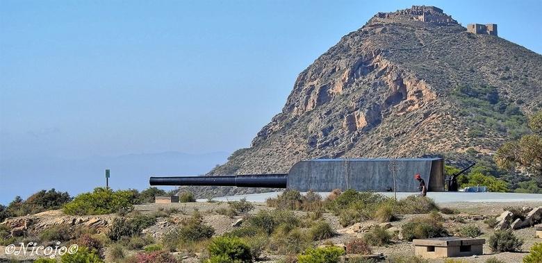 Bateria de Castillitos .....        - ....de kanonnen van Mazarron. Op een hoogte van ca 140 meter boven de zee staan twee van deze enorme 105mm kanon