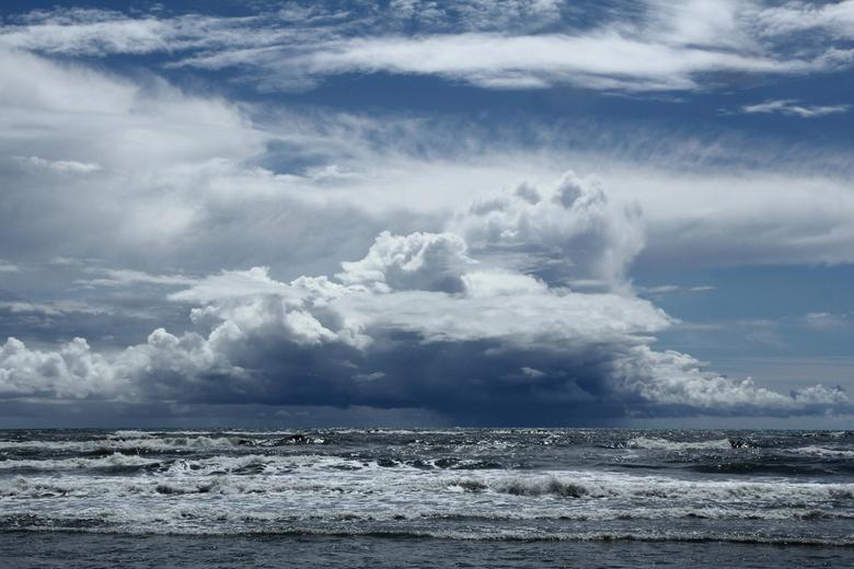 DarkAir - Dreigende en prachtige gevormde wolkenpartij aan het strand van Ardea.<br /> Deze leek snel dichterbij te komen, dus snel naar huis gegaan