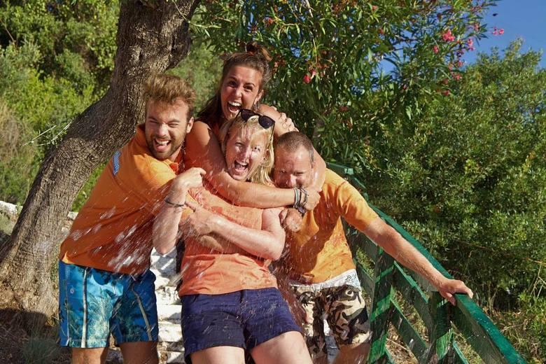 Zonnige Regen - Toen mijn vrienden en ik klaarstonden voor een groepsfoto, werden we onverwachts verrast met emmers water door andere mensen uit de gr