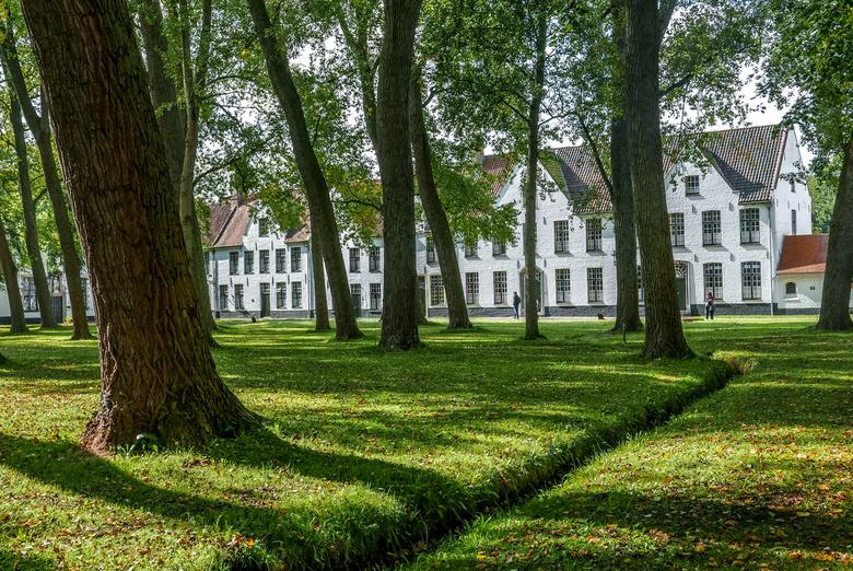 Begijnhof in Brugge - Begijnhof ter Wijngaarde werd in 1245 gesticht en eeuwenlang bewoond door echte begijnen (alleenstaande vrouwen die deel uitmaak