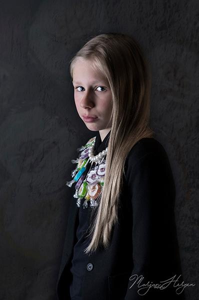 Amy - Amy, meisje met de parel. Uit de serie: scholieren in de barok. Fine-art portret in een barokke sfeer met een moderne toevoeging. Kraag van loll