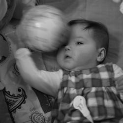 Dochtertje met nieuwe bal